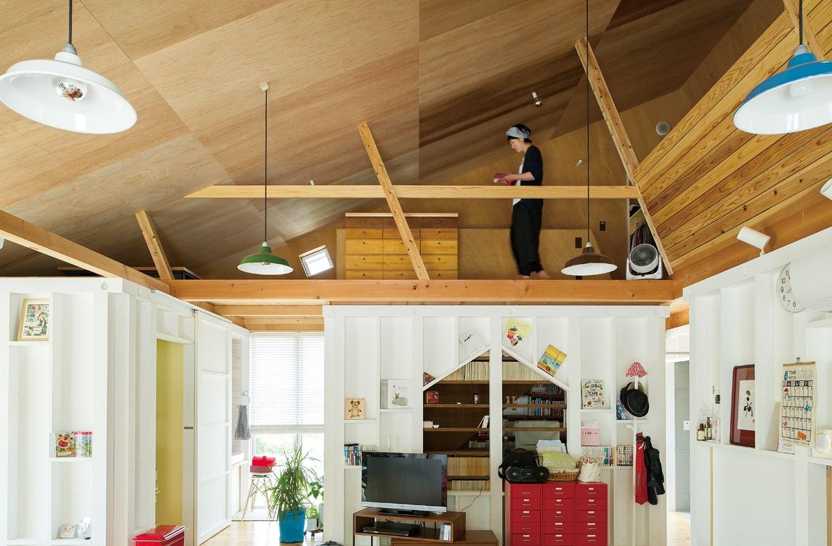 広間から2階の寝室を見る。将来は子ども用のスペースにする予定だが、暮らし方に合わせてさまざまな使い方ができる広い廊下のような造り
