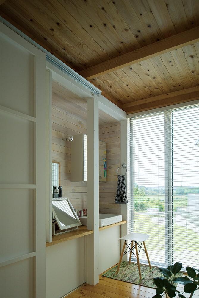 木箱の横、動線上に設けた洗面スペース。奥まった場所にあることで、生活感が出すぎないという効果も