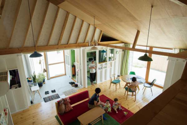 たくさんの木箱は秘密基地。自然の豊かさを体感する家