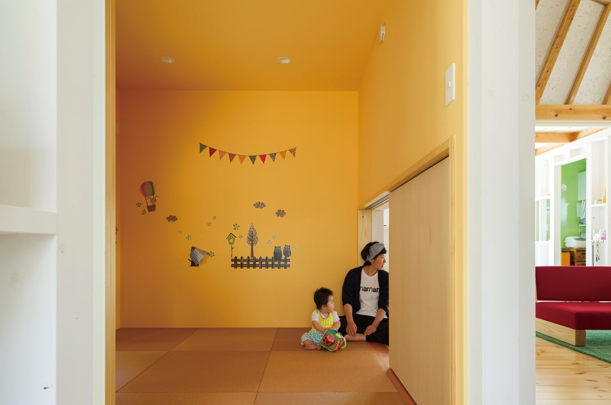 和室はまるで茶室の躙口(にじりぐち)のような低い引き戸を採用。床でくつろぐこと、和室内から広間へ出た時の開放感などを意図してつくられた