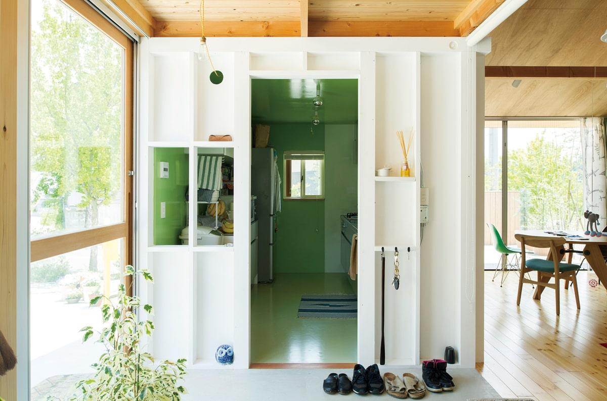 玄関の横からそのままキッチンへ。内部は施主や友人、建築家がともに塗装し仕上げたという。カラフルな色づかいが軽やか