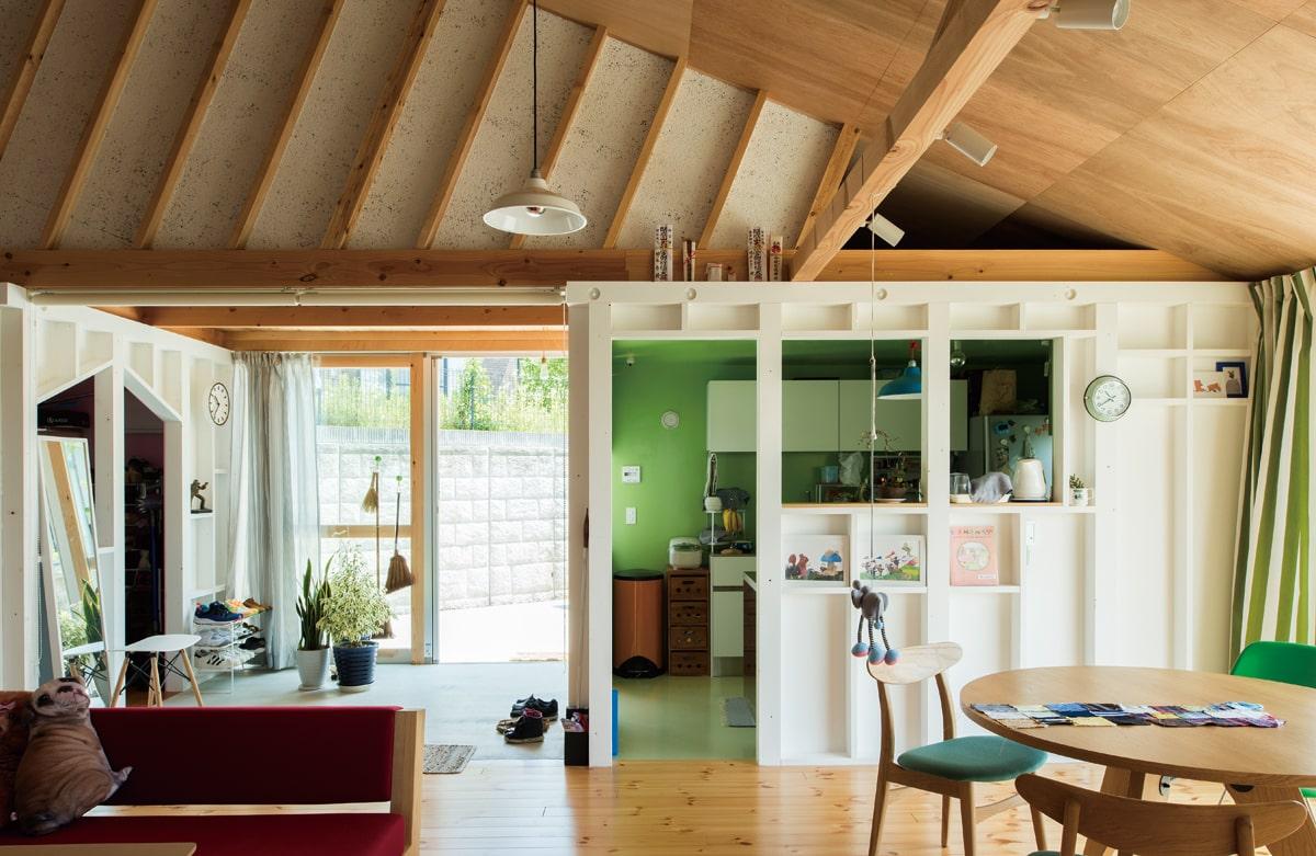 広間から玄関・キッチン方向を見る。右の木箱がキッチン、玄関を挟んで反対側がクローゼット。木箱は意匠的なポイントであり、常に構造材が見えることで安心感をもたらしている