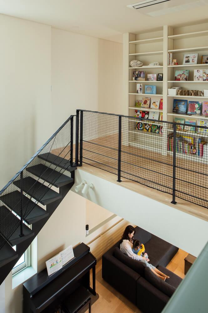 階段上がってすぐのところに設けたライブラリ。お子さんが大きくなったら使えるよう、すぐ近くにワークスペースも配置している