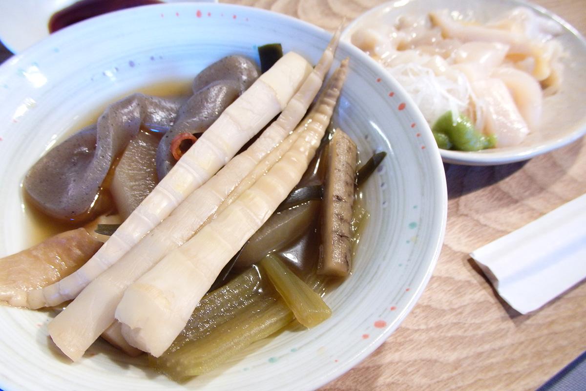 タケノコ、ダイコン、ゴボウ、コンニャクなどが入った煮付け