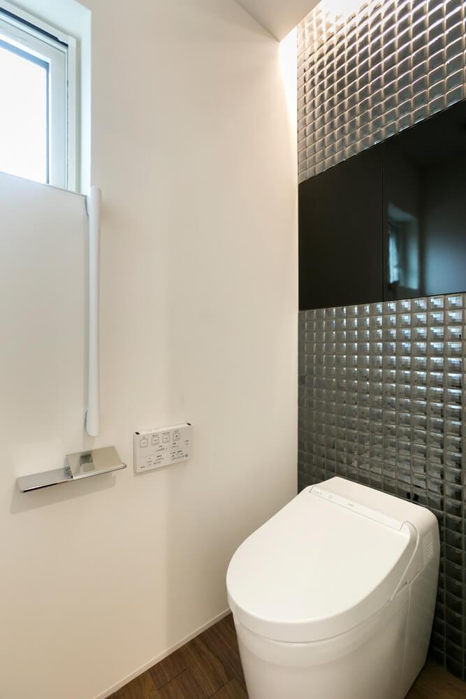 空間を引き締めるブラックのタイルでトイレ空間もかっこよく