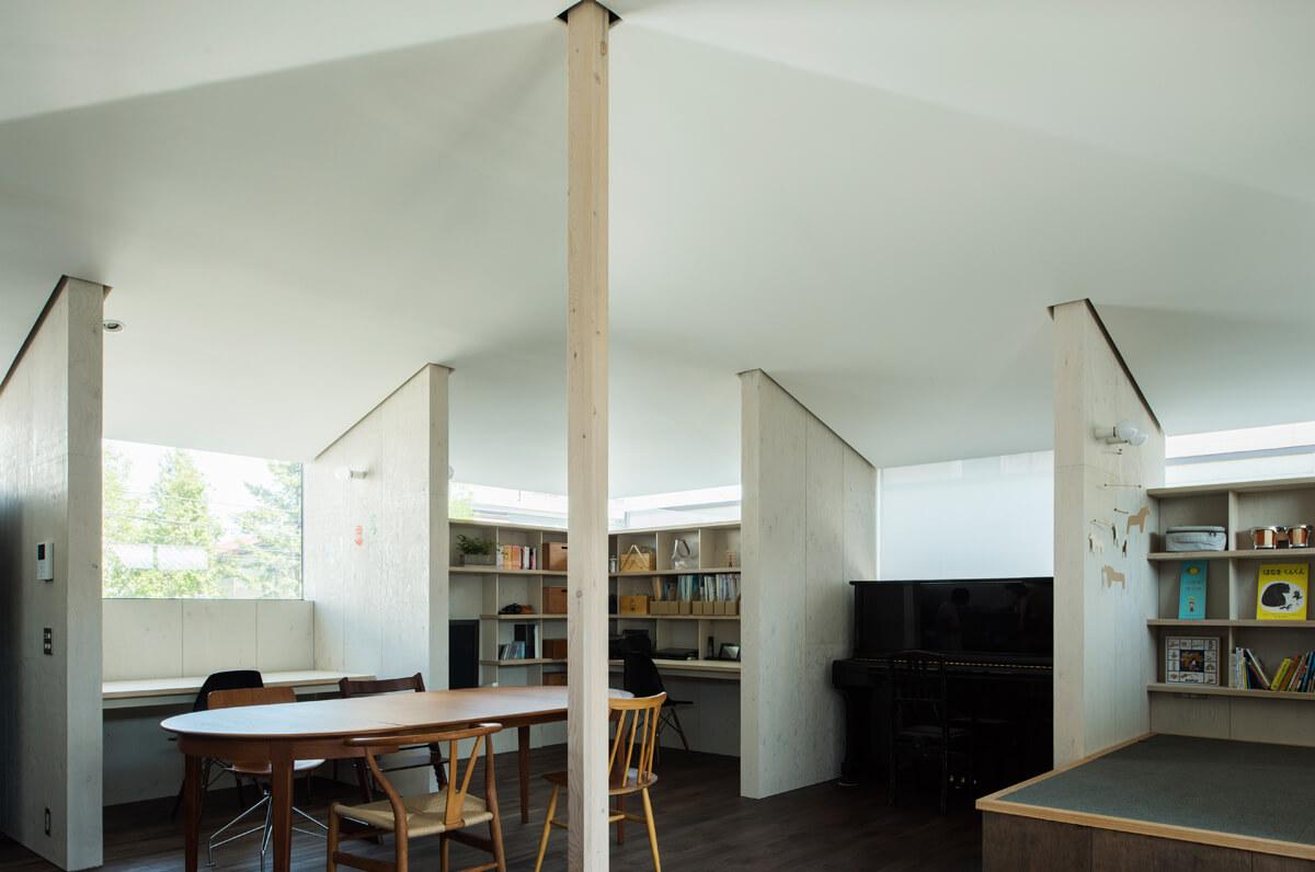 カラマツ合板を内装壁に用いた例