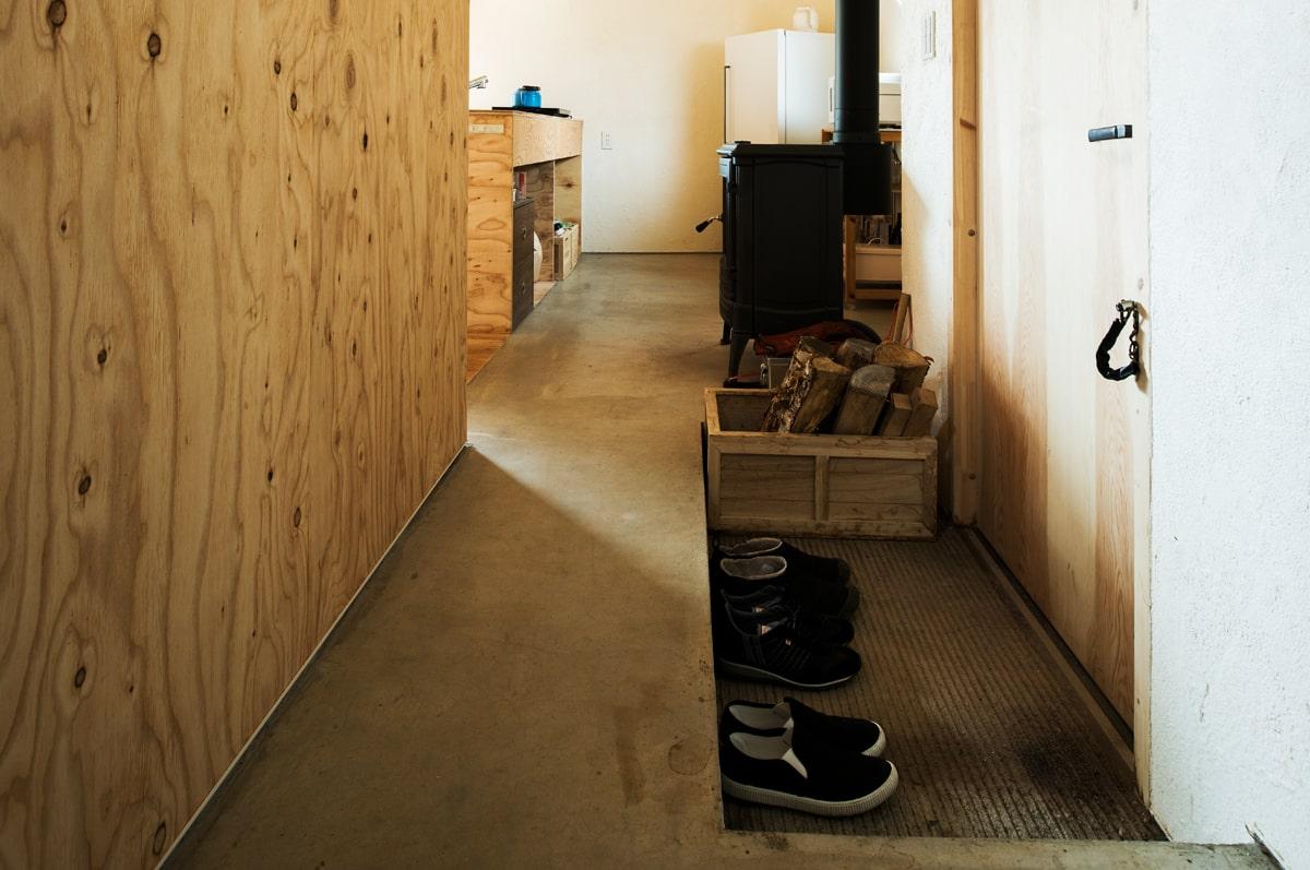 玄関は必要十分なスペースを確保。使う分の薪は、木箱に入れてストック