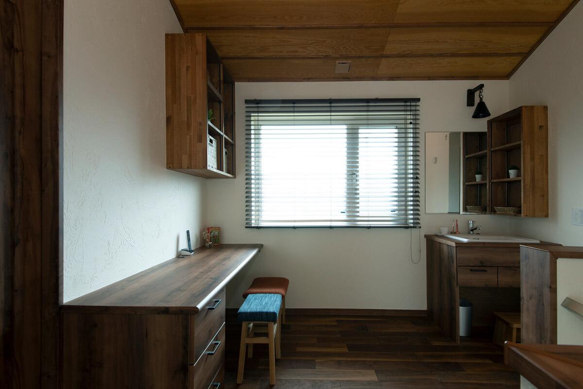「多目的に使えるフリースペース」という位置づけの2階ホールには、造作の洗面台と2人で並んで使えるワークスペース。