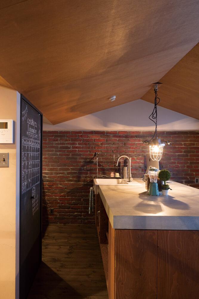 キッチンは造作で、作業台兼ダイニングテーブルの天板は、木下地にモルタルコテ仕上げとして重量感と使い勝手の良さを引き出している