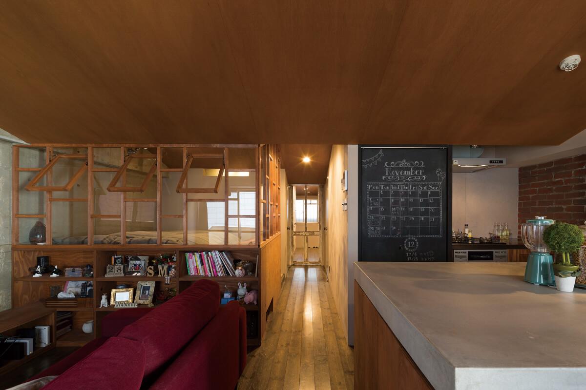 リビング・ダイニングから玄関方向を見る。屋根型の天井が連なり、全体に大きく緩やかなリズム感を生んでいる