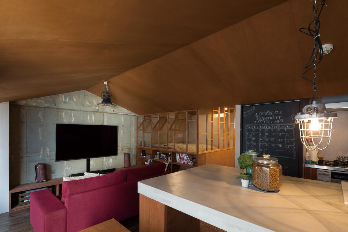 ダイニングから寝室方向を見る。スケルトン状態からのリノベならではの、コンクリート素地を生かした壁面処理にもセンスが光る