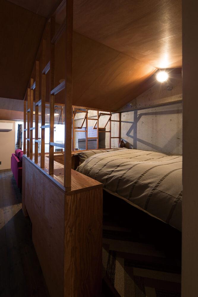 寝室は窓枠状のフレームで、リビング側の空間と緩やかに仕切っている