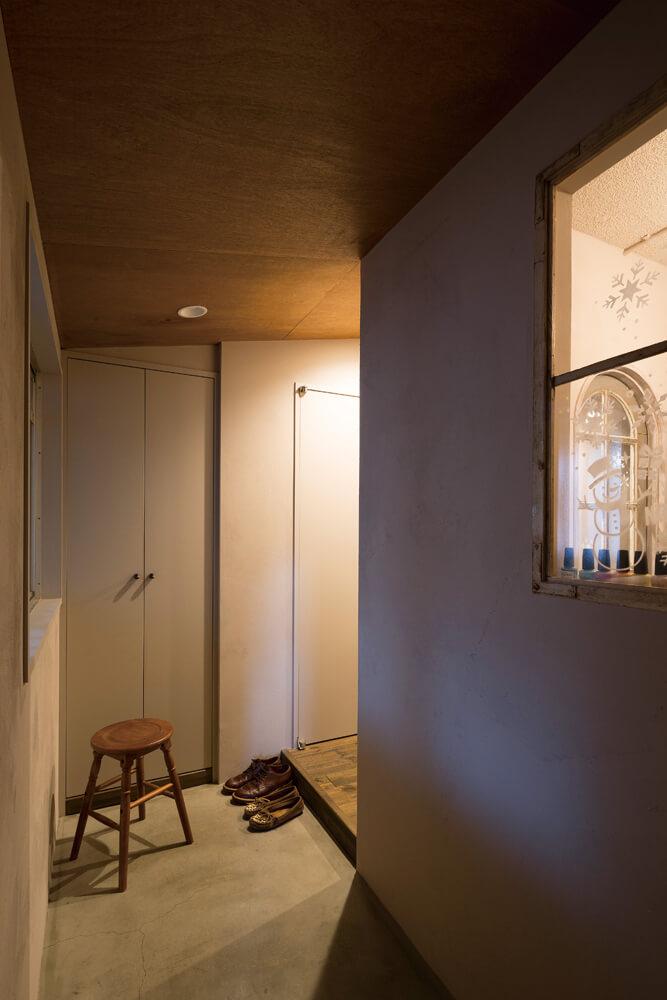 玄関は広めの土間仕上げとして、奥さんの仕事場でもあるネイルサロンスペースのエントランスらしさも演出している
