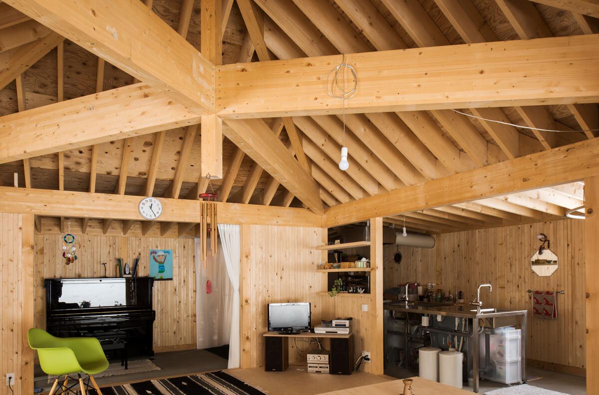 天井は無垢材の構造材が現し。壁はトドマツ板張りで、木の温もりあふれる内装に仕上げられている