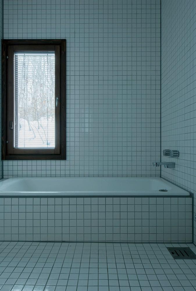 清潔感あふれるタイル張りのバスルームは、森林浴と入浴が一度に楽しめる造作仕様