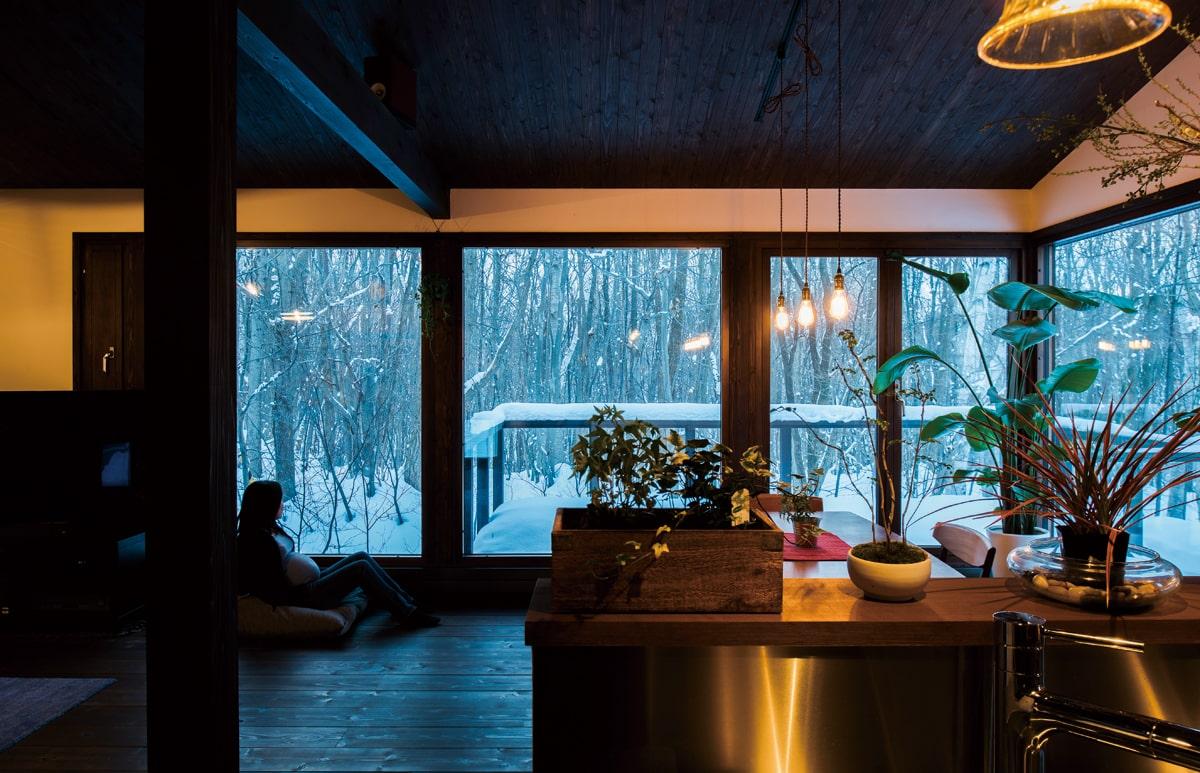 雑木林の四季の変化を楽しみながら家事ができる対面式キッチン