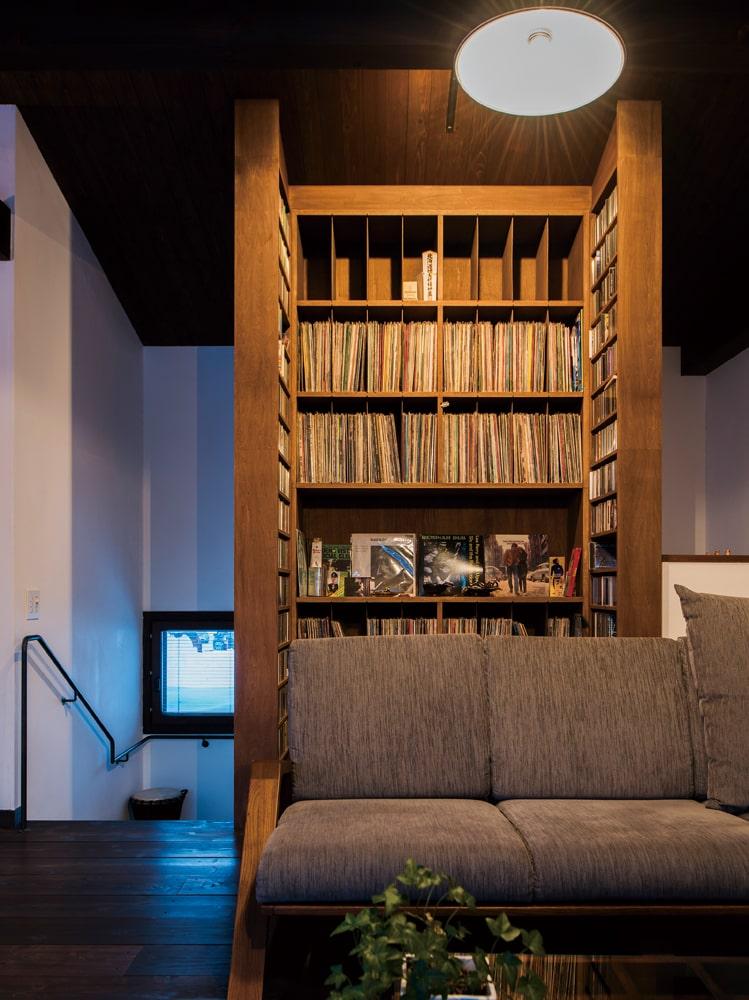 Hさんの膨大なコレクションを収めた造作棚は、蓮池さんがデザイン