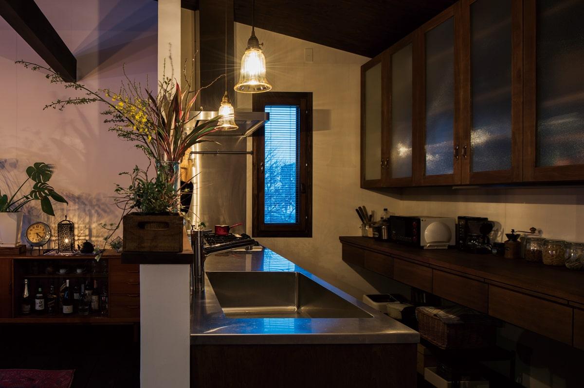 キッチンはオーブンや食器洗浄機、造作収納を備え、使い勝手と美しさの両立を図った
