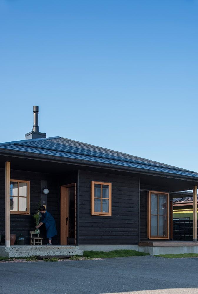 寄棟造りの三角屋根の家