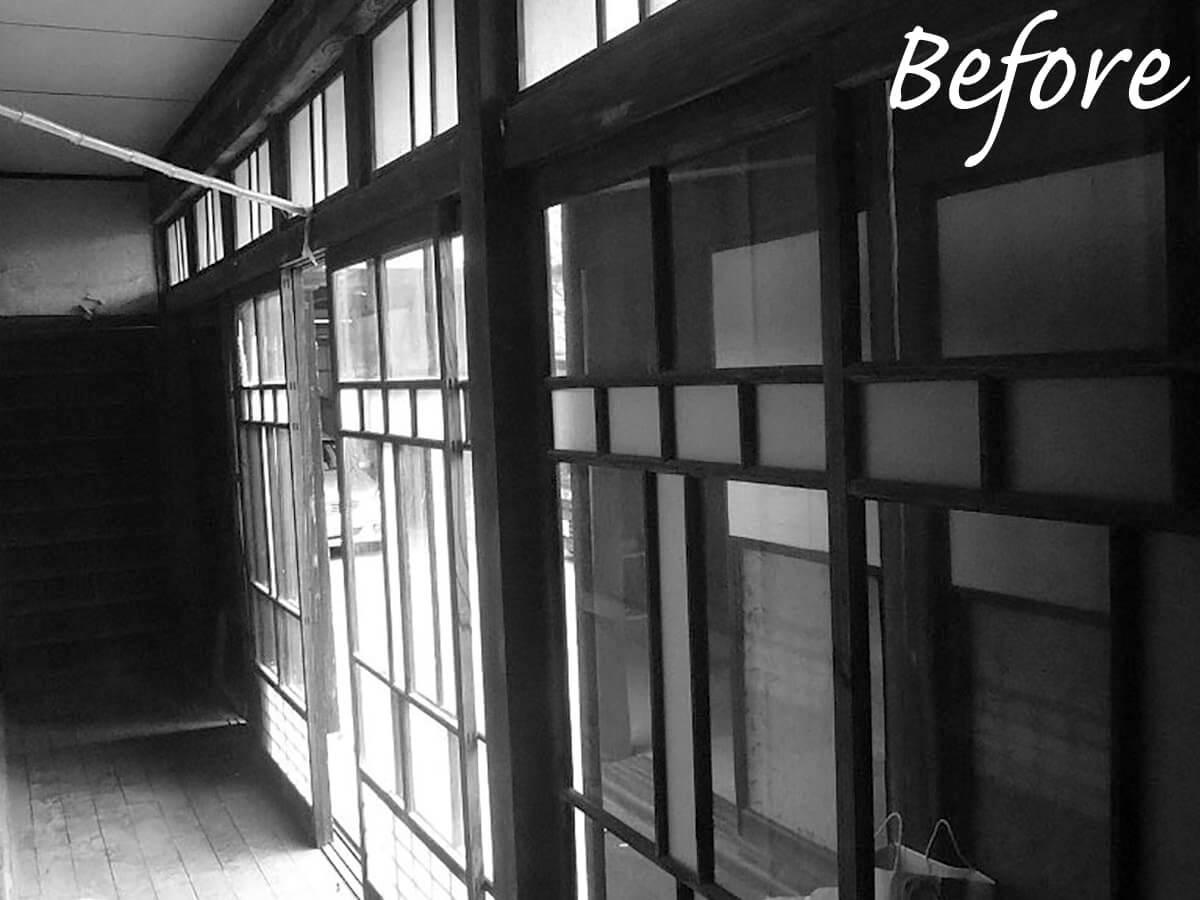 断熱性能に配慮して、窓にはアルミ樹脂複合サッシを採用。意匠性の高い古い木製のガラス戸は、カーテン代わりとして内側に付けた