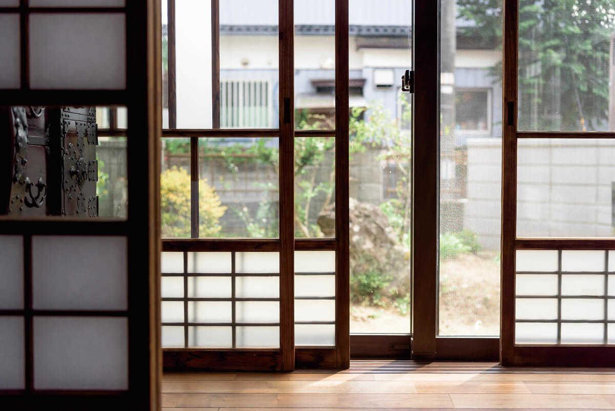 昔ながらの障子戸は、日本人に馴染み深い「引き戸」の代表格