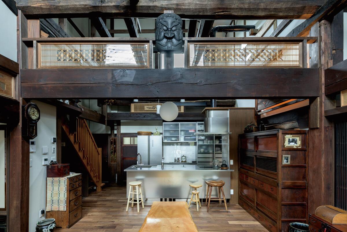 「家と同じように丈夫なものを」とシンプルなステンレス製のキッチンを選択。梁に飾られているのは、宮城では広く知られる「カマ神さま」。昔は火難よけや魔よけ、家内繁盛のために台所の柱や竃の上などに出入り口や外を睨むように飾られていたという