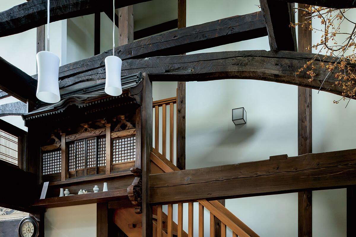 湾曲した材をも使いこなす職人技に、昔の大工の技量がうかがえる。細やかな細工が施された神棚は、以前の家では2部屋の間に設置されていて、双方向からお参りできるようになっていた