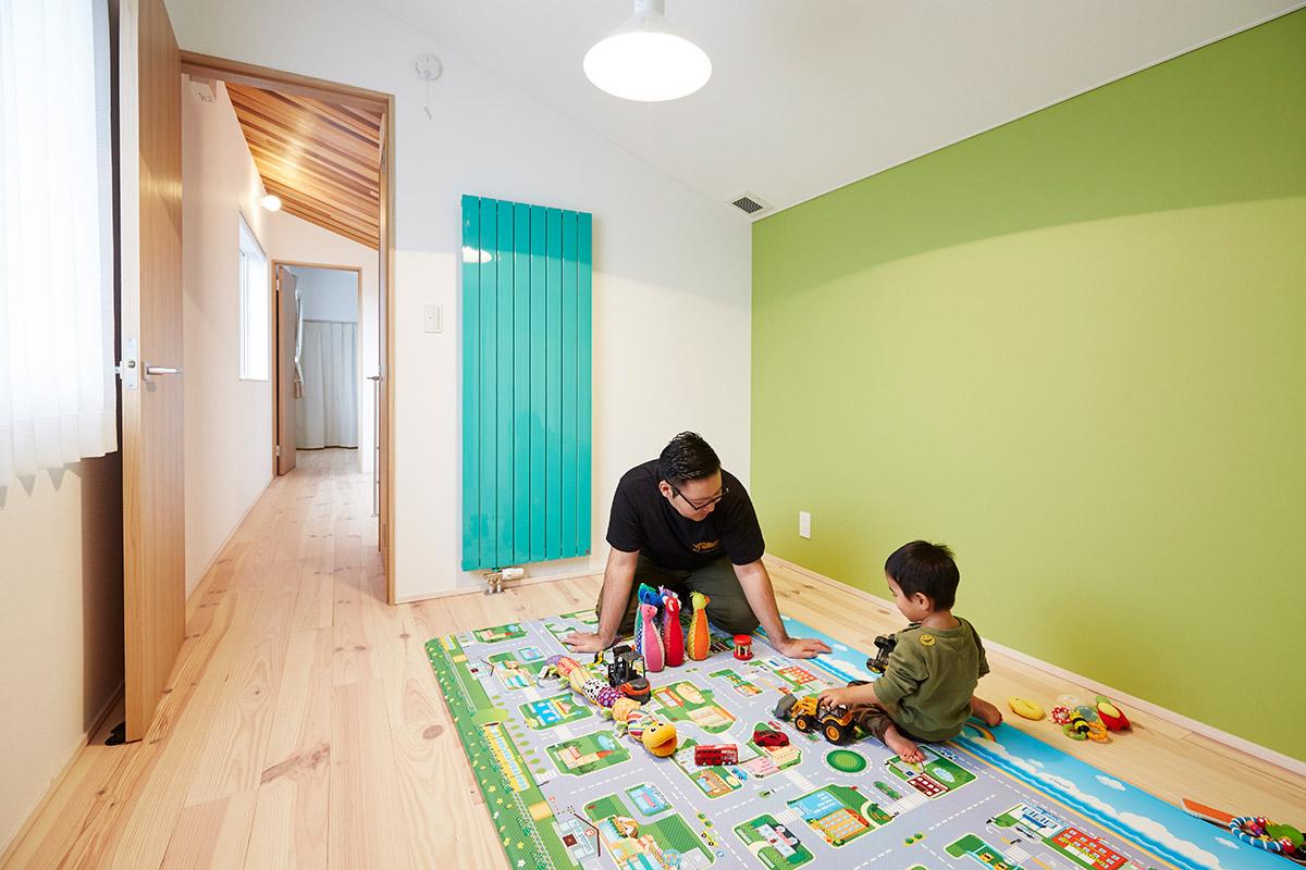 昼光色の電球でスッキリと明るい子ども室