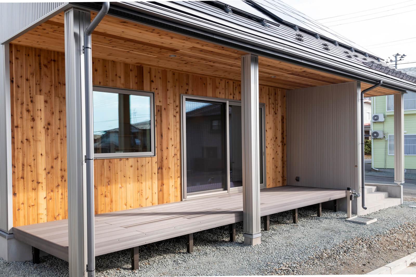リゾート地の別荘をイメージに取り込んだレッドシダーの外壁は、メンテナンスもしやすく、シルバーに経年変化していく