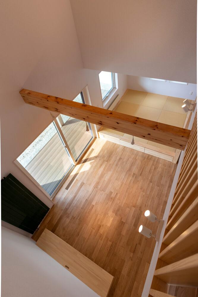1階リビングは屋根勾配を生かした吹き抜けの空間に。小上がりにも仕切りを設けず一体感を出した