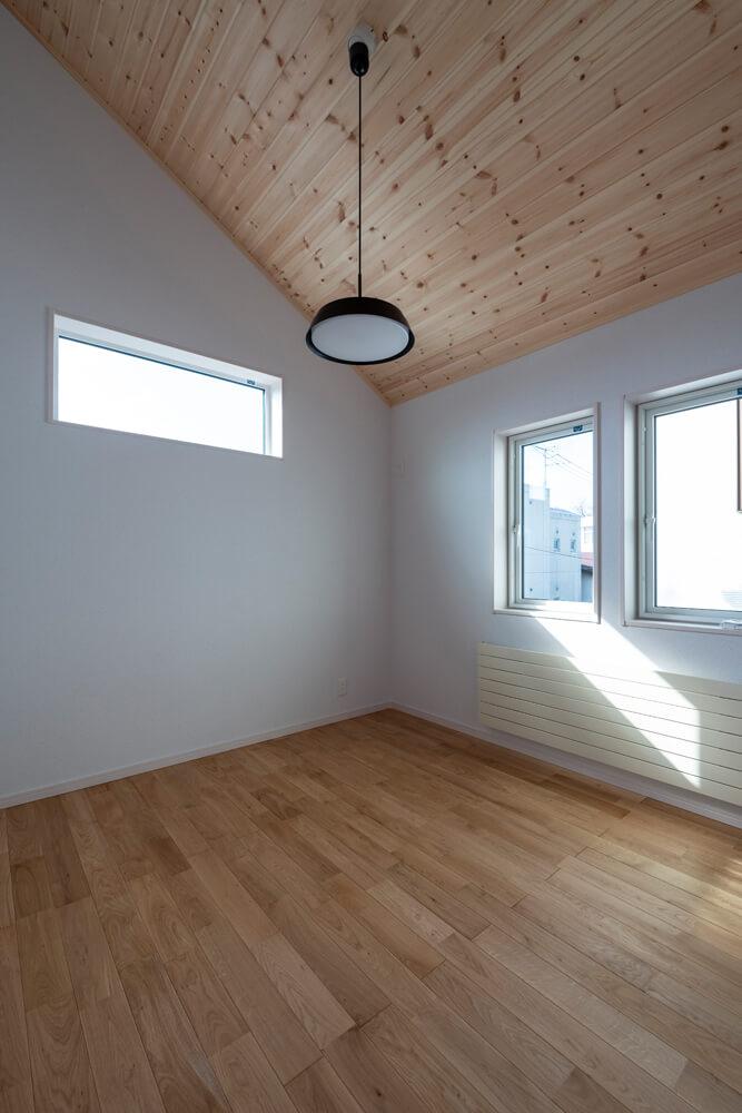 2階にはタイプの違う4つの洋室を設置。屋根勾配を生かした主寝室やカウンターを設けた寝室など家族の要望を反映