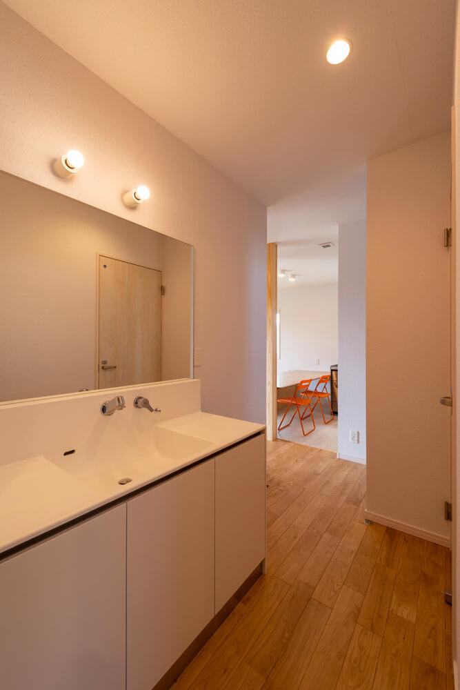 玄関から水まわりに向かう動線も確保。衣類の着脱や洗濯など一連の家事動作が完結するユーティリティもある