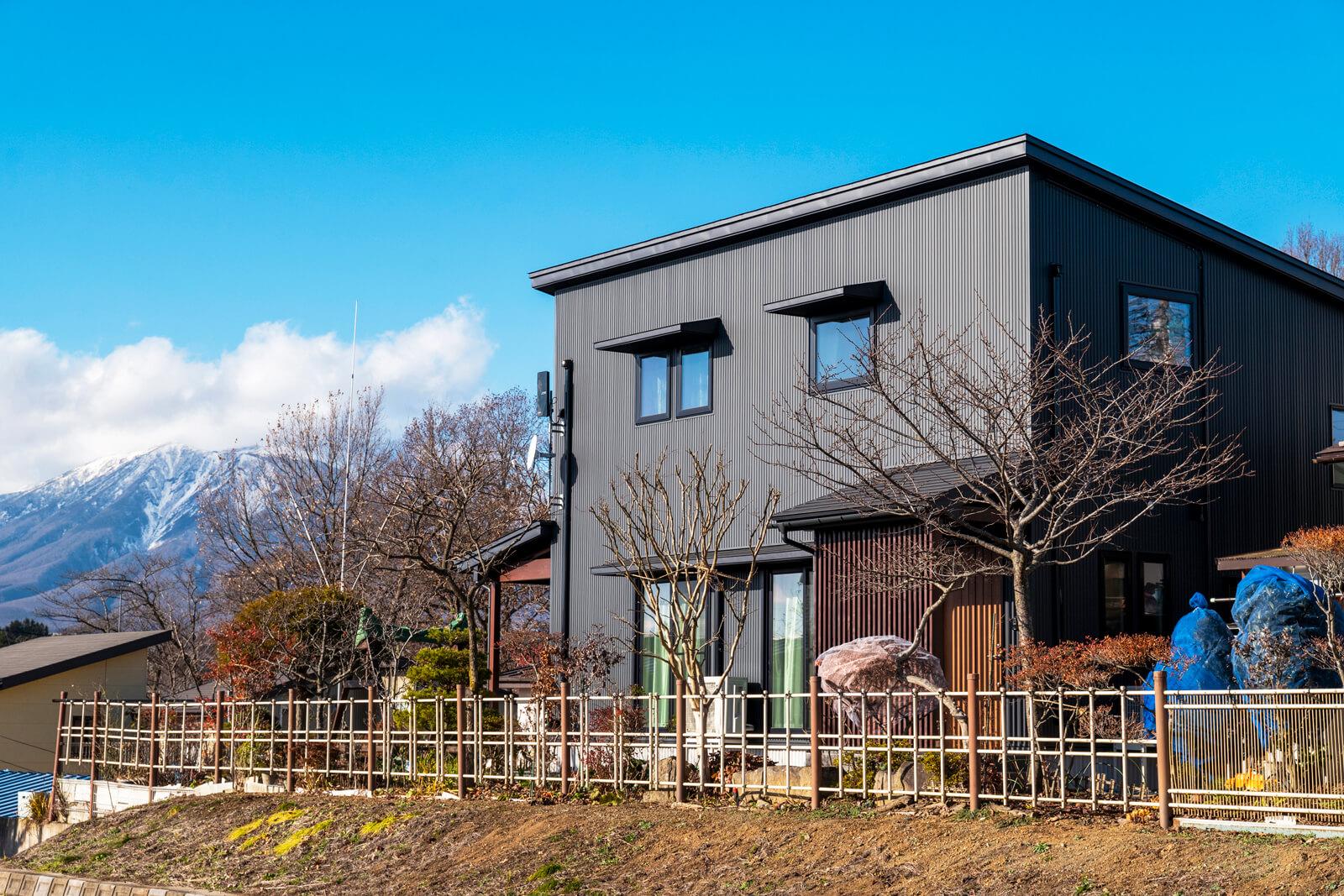 岩手山を望む地に建つFさん宅。キューブ型フォルムと黒い外壁のモダンテイスト