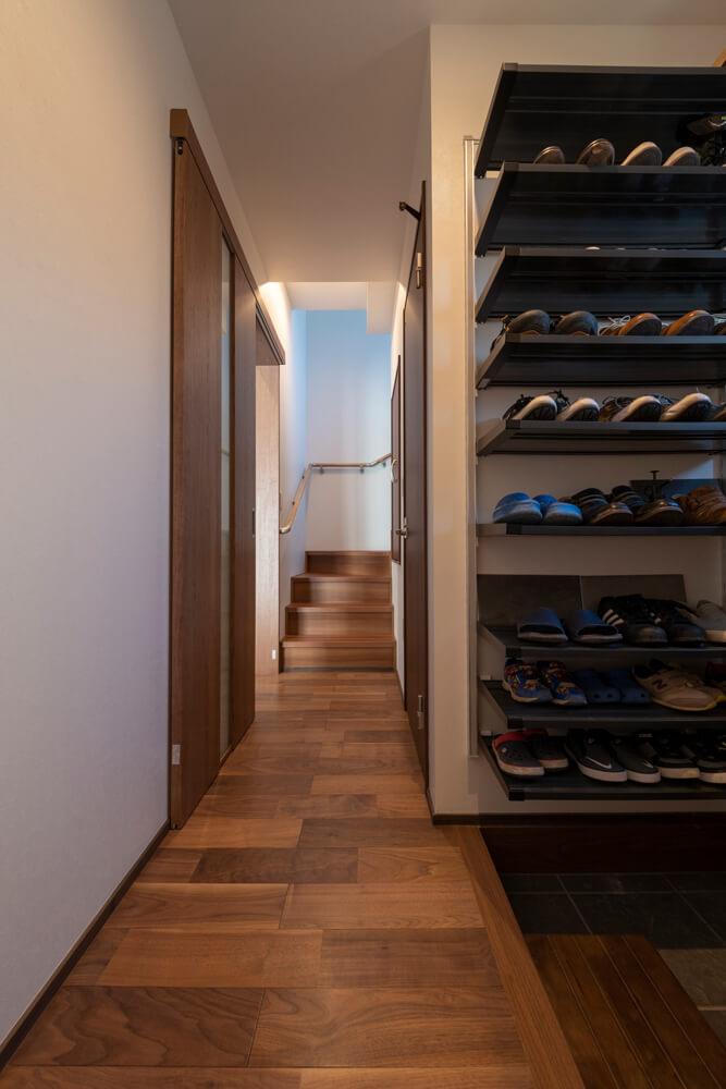 2階への動線は玄関から直行OK。リビングなどを通らず、あえてプライベート重視の設計とした