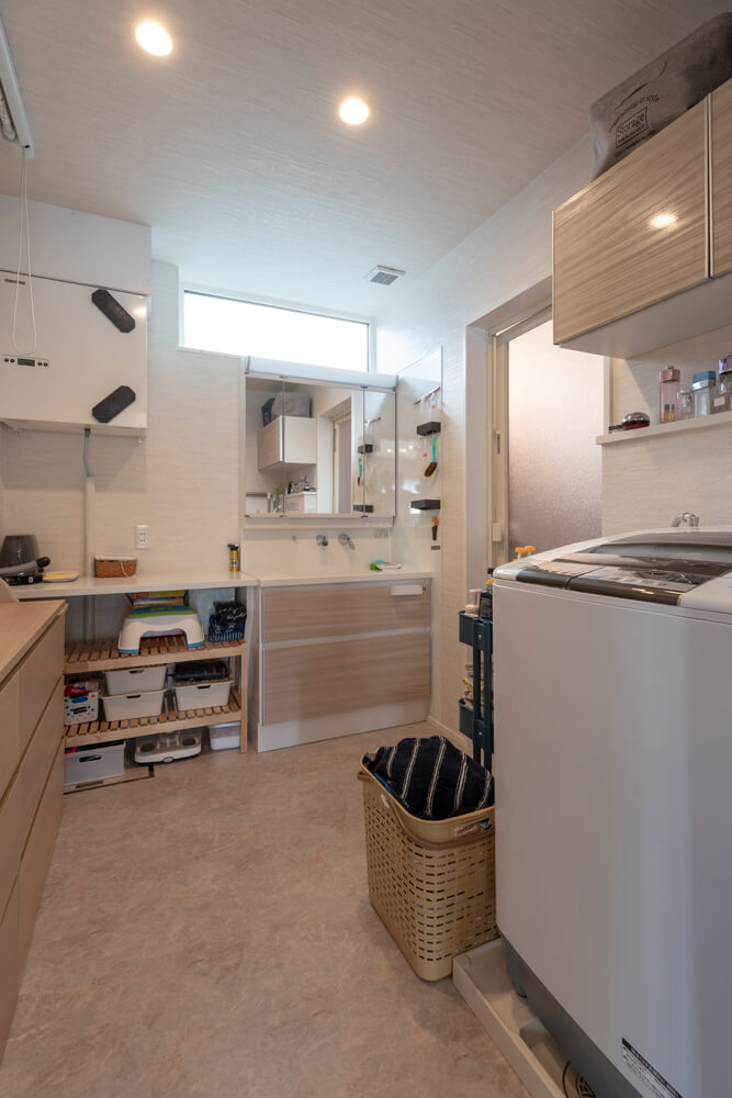 ユーティリティは3畳大とゆったりした広さ。使い勝手に配慮したカウンターを造作、昇降型の室内物干しを採用