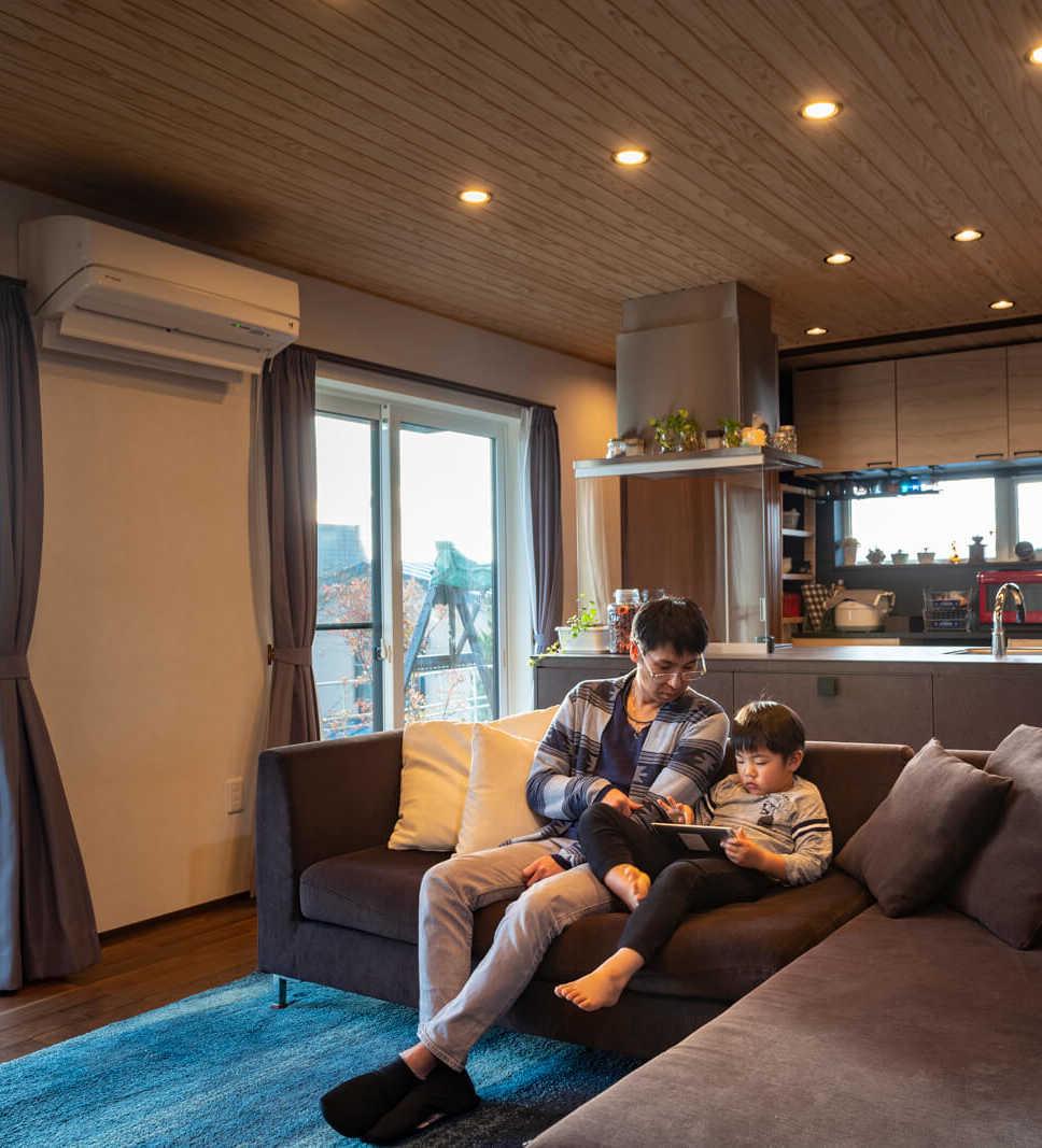 エアコン1台で空間全体を暖める優れた住宅性能。南面開口部からの日射取得もあり、冬も裸足で過ごせる心地よさ