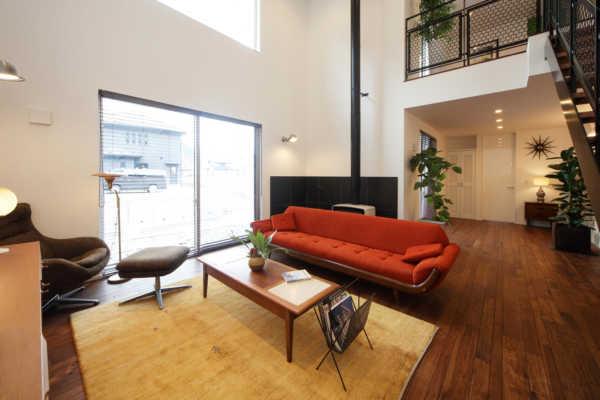 洗練の空間デザインと素材感や色使いが斬新なミッドセンチュリーモダン