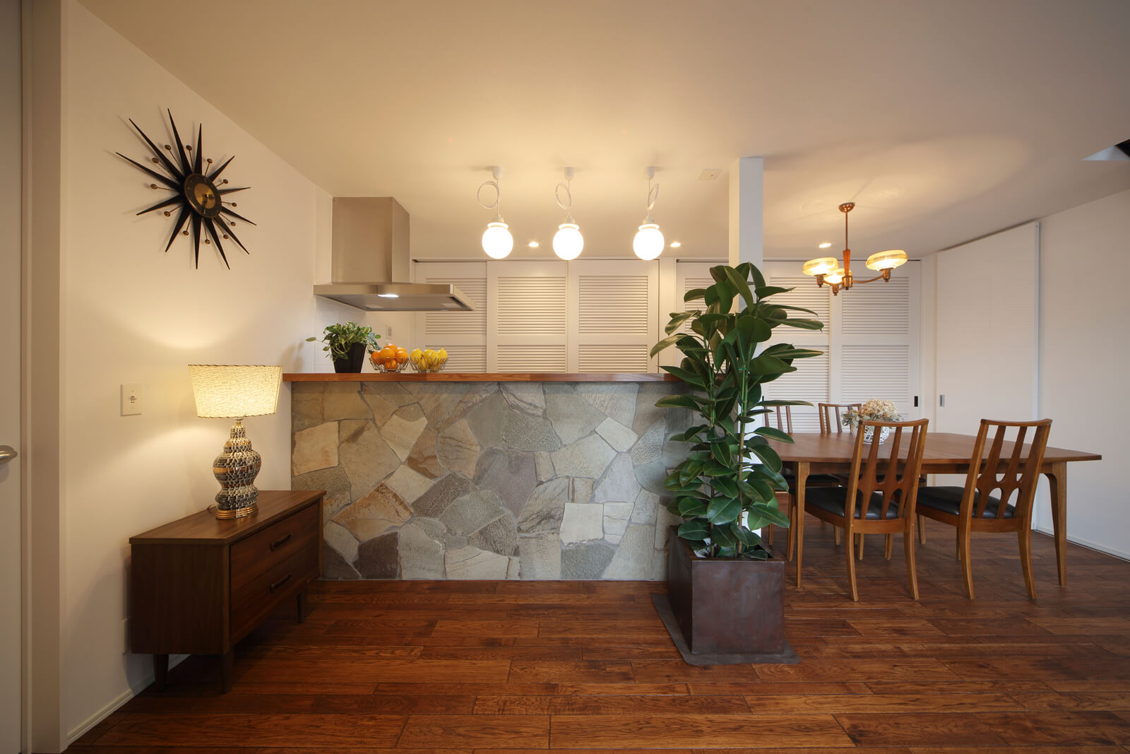 キッチンとダイニングは横並びにレイアウト。キッチン側に張られた天然石が上質なアクセントになっている