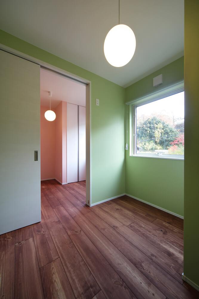 主寝室の壁色もドアと同じグリーンに。ある程度カラーを限定するのもコーディネートのコツ