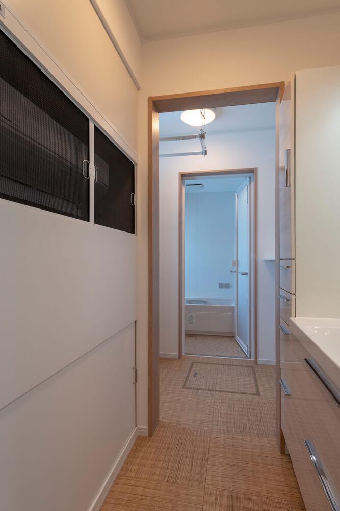洗面室と脱衣室を分けることで、より快適で使いやすい空間を実現。手前の洗面室の左手にエアコンが埋め込まれている