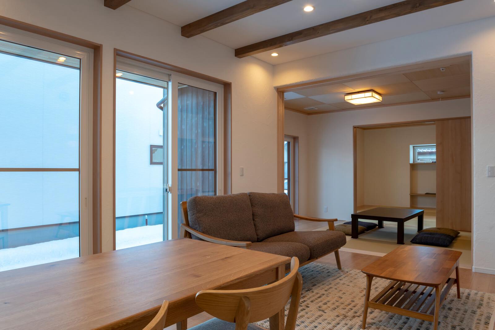 リビングと和室の間には、和室の天井高に合わせたハイドアを導入。開放感を演出している