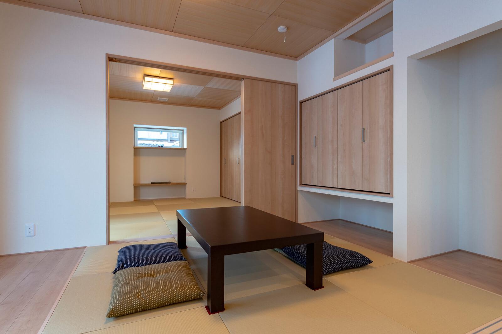 リビング隣には客用の6畳間、その奥には将来の同居を視野に入れたお母さん用の8畳間の和室が連なる