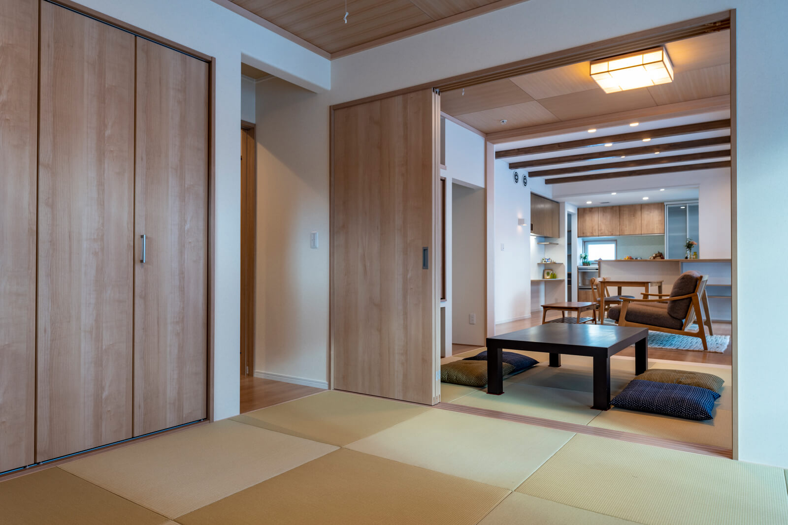 お母さん用の和室からリビング方向を見る。和室の天井には木を用い、上品さをプラス