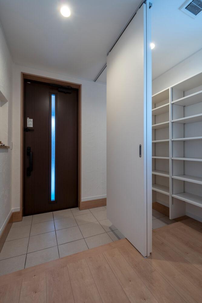 玄関は客用と家族用を分けてすっきりと。大容量のシューズクロークも備える