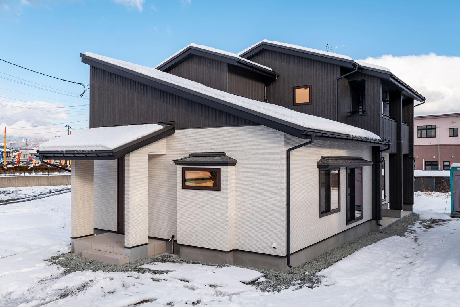 2色のサイディングを用いたシックな外観。雪が落ちない屋根の仕様にも注目を