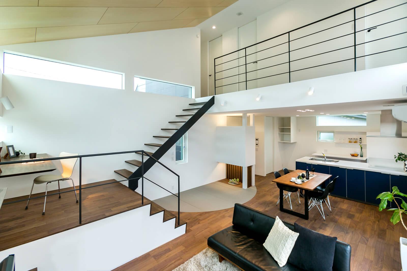 リビングから2階を望む。階段下に設けたアールの畳スペースはシャープなリビング空間の和みポイント