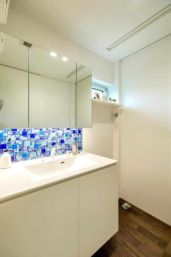 奥さんが選んだブルーのタイルが爽やかな印象を与える洗面スペース