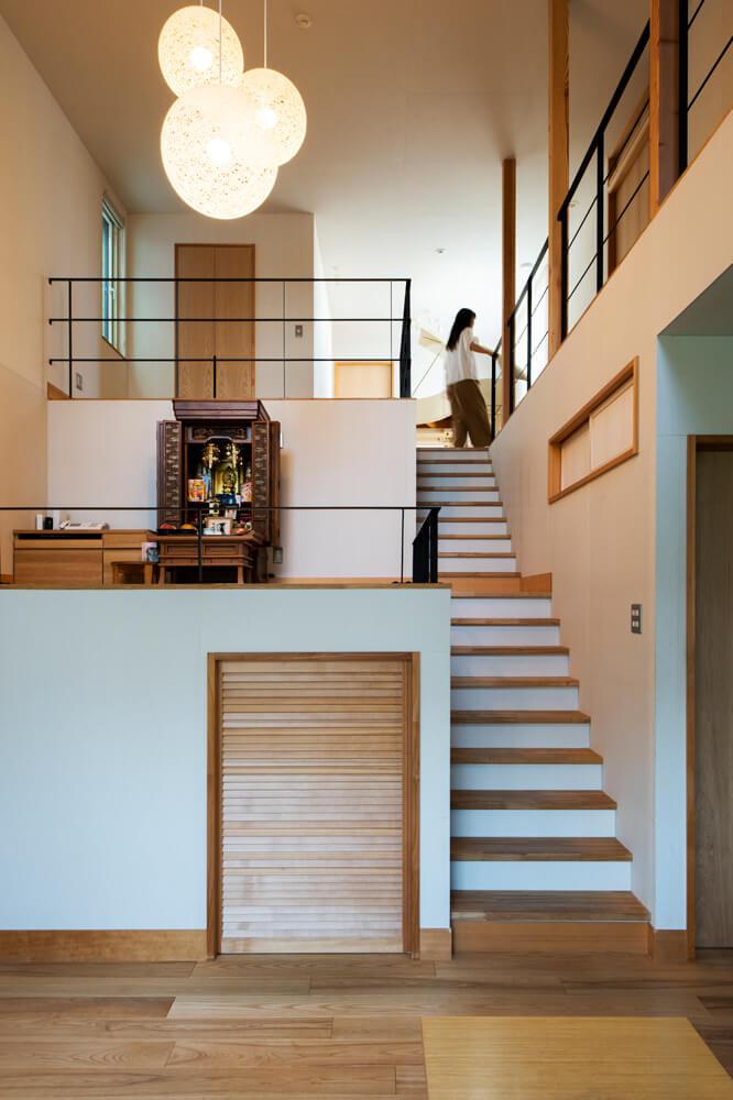 中二階のお仏壇のすぐ上も、フリースペース。家族が思い思いに使える場所が、空間に散りばめられている