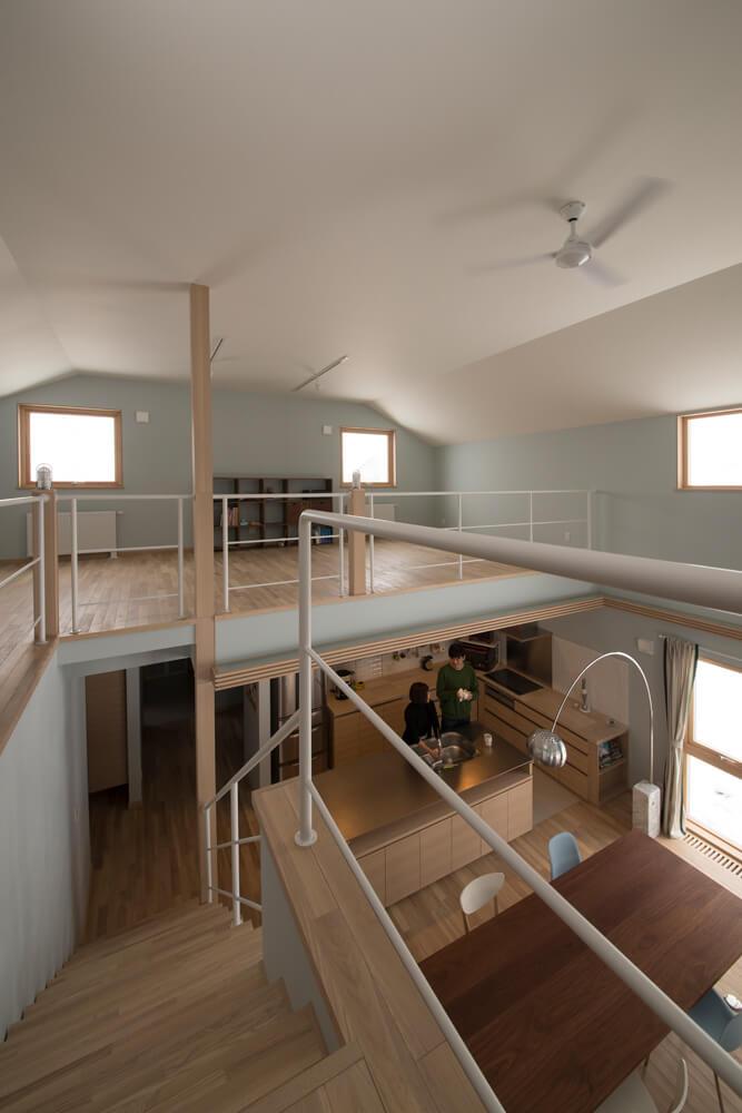 吹き抜けに面した大空間の2階ホールが、将来のお子さんの子ども室
