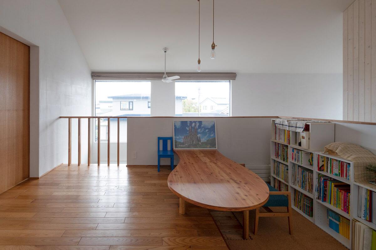 2階ホールのライブラリーコーナー。よく見ると、テーブルまわりは段差を生かしたつくりになっていて、床に座っても椅子に座っても使いやすい